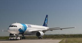 Viatura de 'catering' danifica porta de avião da SATA e condiciona operação da companhia